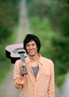 ギターを持つ男性