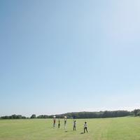 草原をゆく若者たち 20027001186| 写真素材・ストックフォト・画像・イラスト素材|アマナイメージズ