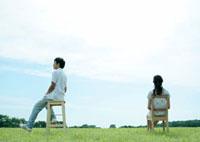 草原で椅子に座るカップル