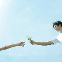 野花を受け渡すカップル