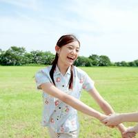 草原で遊ぶ女性