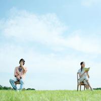 草原でくつろぐカップル