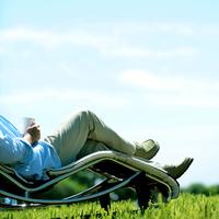 草原でくつろぐ中高年の男性