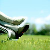 草原でくつろぐ中高年の男性の足元