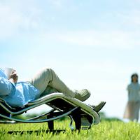 草原でくつろぐシニア夫婦