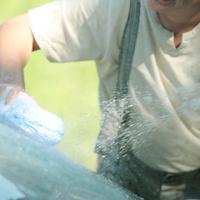 車を洗う中高年男性