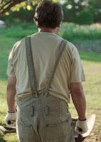 菜園に立つ中高年男性 20027001457| 写真素材・ストックフォト・画像・イラスト素材|アマナイメージズ
