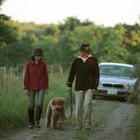 田舎道を散歩するシニア夫婦と犬 20027001469| 写真素材・ストックフォト・画像・イラスト素材|アマナイメージズ