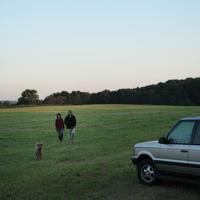 草原を散歩するシニア夫婦と犬 20027001478| 写真素材・ストックフォト・画像・イラスト素材|アマナイメージズ