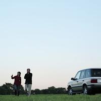 草原を散歩するシニア夫婦 20027001482A| 写真素材・ストックフォト・画像・イラスト素材|アマナイメージズ