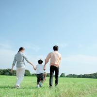 草原を手をつないで歩く家族 20027001526| 写真素材・ストックフォト・画像・イラスト素材|アマナイメージズ