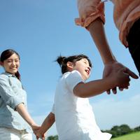 草原で手をつなぐ親子 20027001528| 写真素材・ストックフォト・画像・イラスト素材|アマナイメージズ