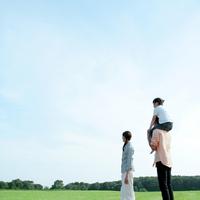 草原で肩車をする親子