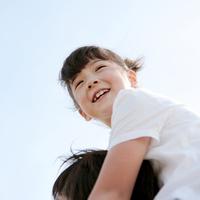 父親に肩車をしてもらう女の子 20027001545A| 写真素材・ストックフォト・画像・イラスト素材|アマナイメージズ