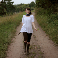 田舎道を歩く女性