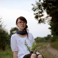ミントを持って座る女性 20027001564| 写真素材・ストックフォト・画像・イラスト素材|アマナイメージズ