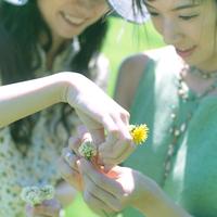 花冠を作る2人の女性