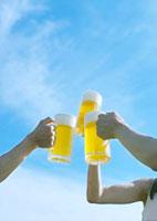 青空とビール 20027001700| 写真素材・ストックフォト・画像・イラスト素材|アマナイメージズ