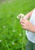 花で遊んでいる女の子の手