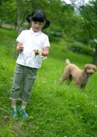 花冠を作る女の子と犬