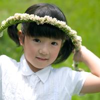花冠を持った女の子