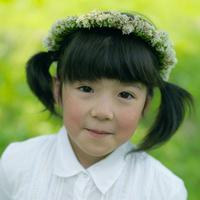 花冠を被った女の子 20027001800| 写真素材・ストックフォト・画像・イラスト素材|アマナイメージズ