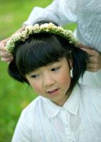 花冠で遊ぶ親子