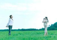 写真を撮っている2人の女性