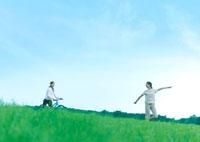 自転車に乗る女性と歩く女性 20027001863| 写真素材・ストックフォト・画像・イラスト素材|アマナイメージズ