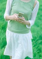携帯電話を触る女性