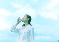 空と水を飲む女性 20027001867| 写真素材・ストックフォト・画像・イラスト素材|アマナイメージズ