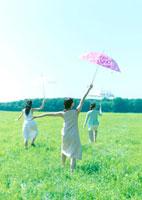 傘を持って歩く3人の女性