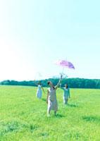傘を差して歩く3人の女性