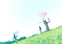 傘を持つ3人の女性 20027001874| 写真素材・ストックフォト・画像・イラスト素材|アマナイメージズ