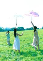傘を持つ3人の女性