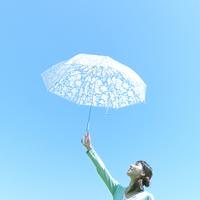 傘を高く上げる女性