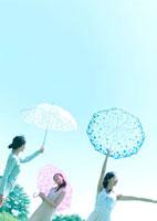 傘を差す3人の女性