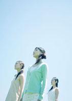 空と3人の女性