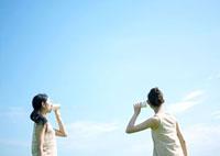 糸電話をする2人の女性 20027001997| 写真素材・ストックフォト・画像・イラスト素材|アマナイメージズ