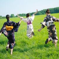 浴衣で走る3人の女性
