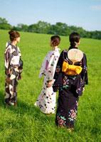 浴衣を着た3人の女性