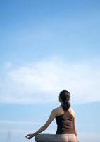 空とヨガをする女性 20027002039| 写真素材・ストックフォト・画像・イラスト素材|アマナイメージズ