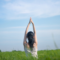 草原でヨガをする女性 20027002047| 写真素材・ストックフォト・画像・イラスト素材|アマナイメージズ