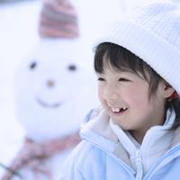 雪だるまの前で微笑む女の子 20027002064A| 写真素材・ストックフォト・画像・イラスト素材|アマナイメージズ