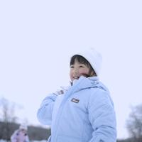雪で遊ぶ女の子 20027002066| 写真素材・ストックフォト・画像・イラスト素材|アマナイメージズ