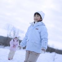雪で遊ぶ女の子 20027002067| 写真素材・ストックフォト・画像・イラスト素材|アマナイメージズ