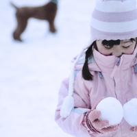 雪玉を手に持つ女の子 20027002068| 写真素材・ストックフォト・画像・イラスト素材|アマナイメージズ
