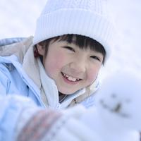 笑顔で雪だるまを持つ女の子 20027002072| 写真素材・ストックフォト・画像・イラスト素材|アマナイメージズ