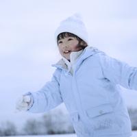 雪原を走る女の子 20027002075| 写真素材・ストックフォト・画像・イラスト素材|アマナイメージズ