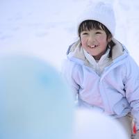 風船とソリに乗った女の子 20027002081| 写真素材・ストックフォト・画像・イラスト素材|アマナイメージズ